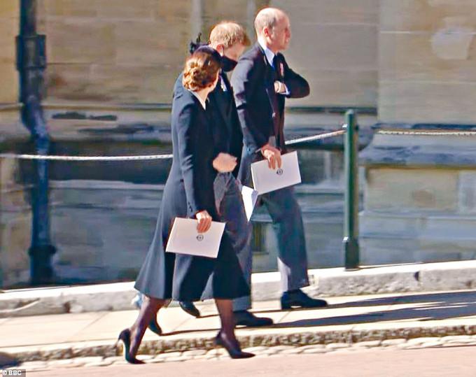 凱特一度與威廉、哈里邊走邊談。
