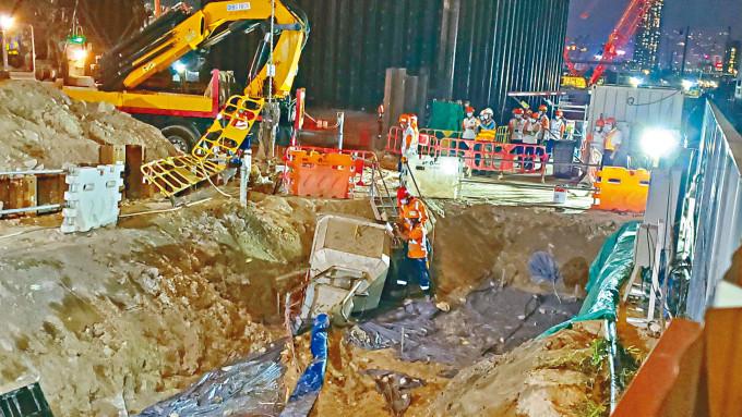 鬆脫泥斗墮下擊斃工人,工友在場協助調查。
