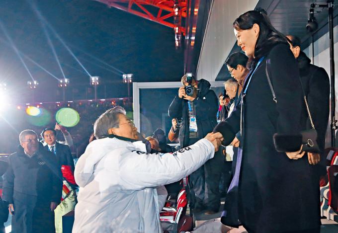 二〇一八年平昌冬奧,南韓總統文在寅與北韓勞動黨高層金與正握手。