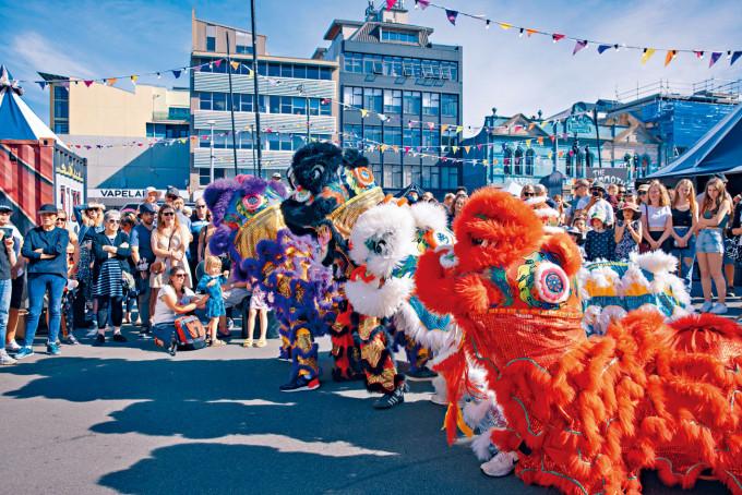 中國醒獅上月亮相紐西蘭藝術節。