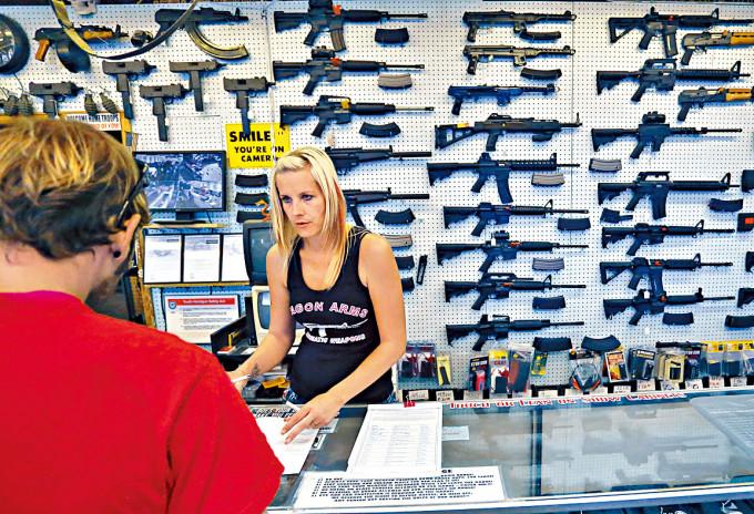 美國科羅拉多泉一家槍店。