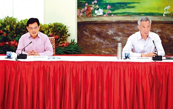 副總理王瑞杰(左)、總理李顯龍等執政團隊成員昨日召開記者會。
