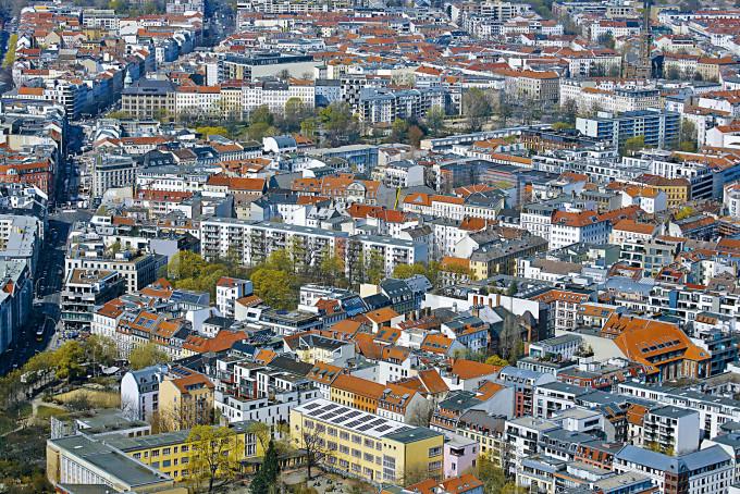 從德國柏林電視塔俯瞰米特區公寓的風景。