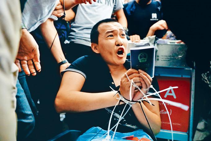付國豪在香港機場被人捆綁毆打。