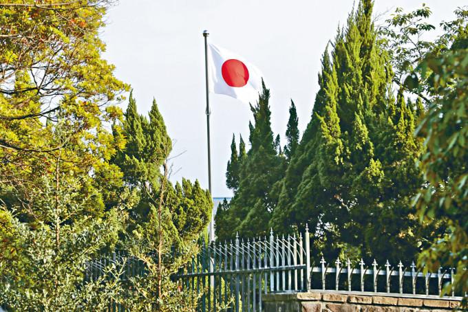 日本駐台代表官邸升日本國旗。