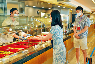 郵輪上擬維持自助餐服務,惟所有食物均由廚師遞上,客人不能接觸。