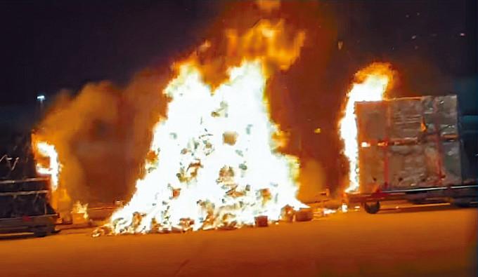 整板手機貨物起火,瞬間陷入火海。
