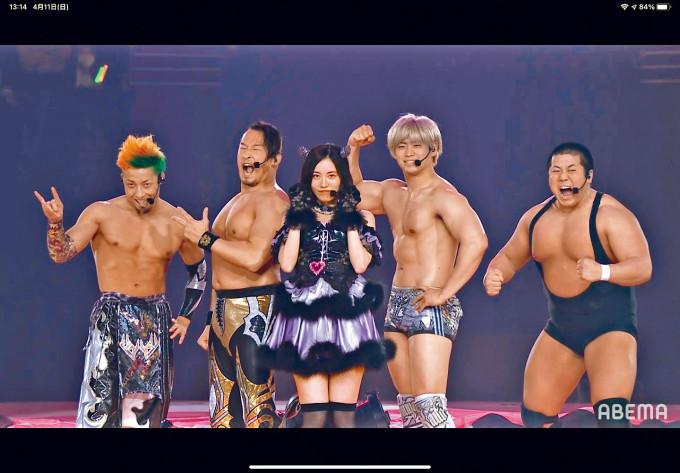 松井珠理奈昨日舉行畢業騷,並邀請4名摔角手助興。