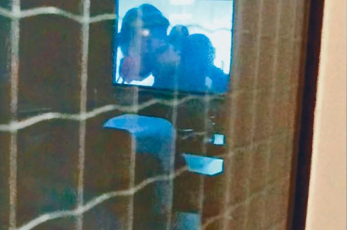 現場人士在門外拍到有約三十人在中心內觀看《理大圍城》。