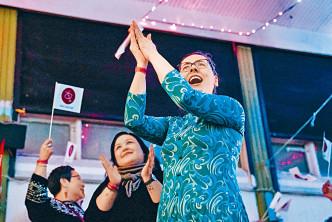 左翼政黨「因紐特人共同體」成員慶祝勝選。