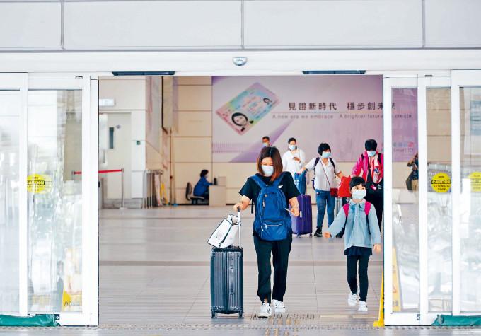 政府昨宣布擴大「回港易」計畫至全國,身處廣東省以外港人可申請回港,豁免檢疫。