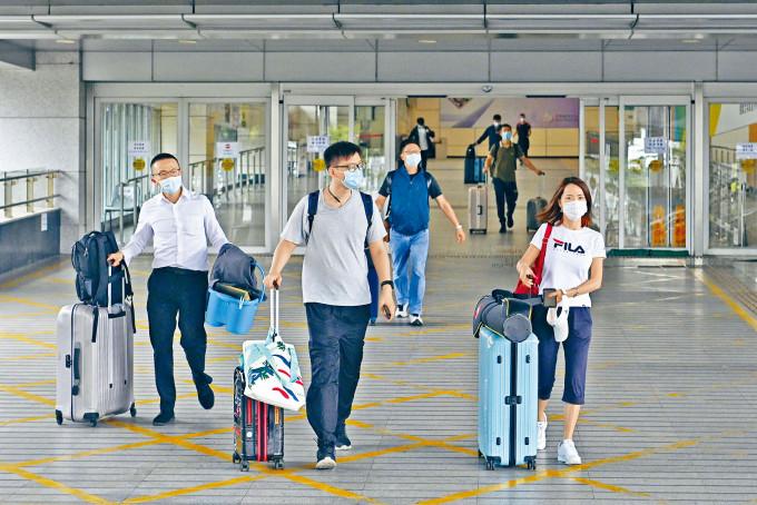 在疫情緩和下,政府擬放寬「回港易」及「來港易」,令較多內地港人及非港人可以入境。