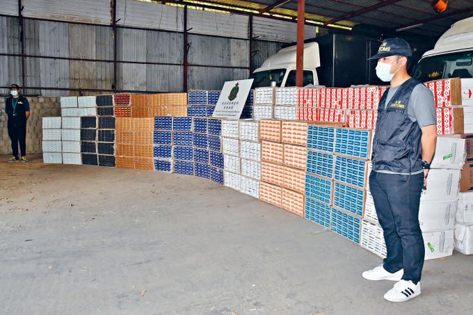 警方在打鼓嶺一個環保回收場檢獲三千多萬元私煙。