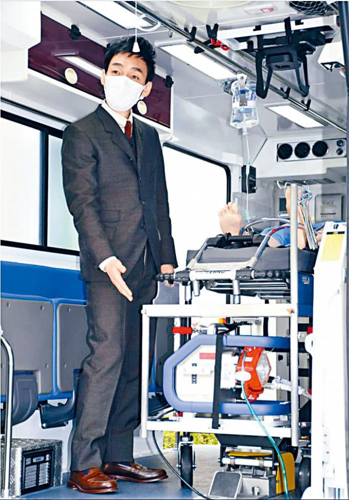 草彅剛戴上口罩,為新冠肺炎專用的救護車揭幕。