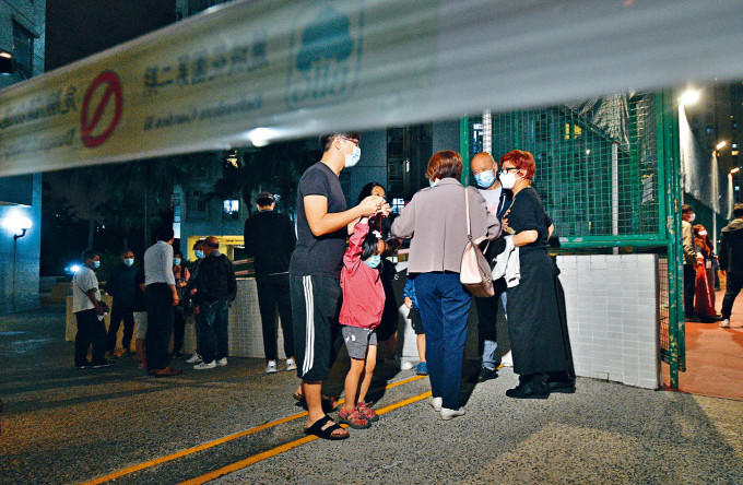 麗城花園二期四座昨晚強制檢測,居民一家大小落樓等候。