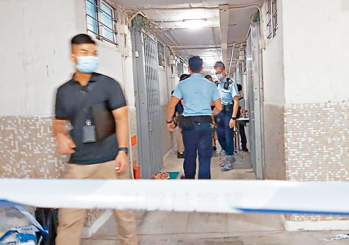 順利邨揭發命案,警方封鎖現場走廊調查。