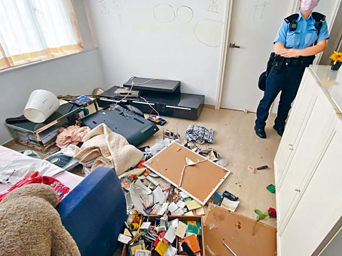 疑有「逆子」刑毀家居逼母賣樓,警員在場調查。