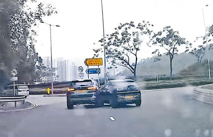 肇事電動車(右)失控,先與一輛房車相撞。