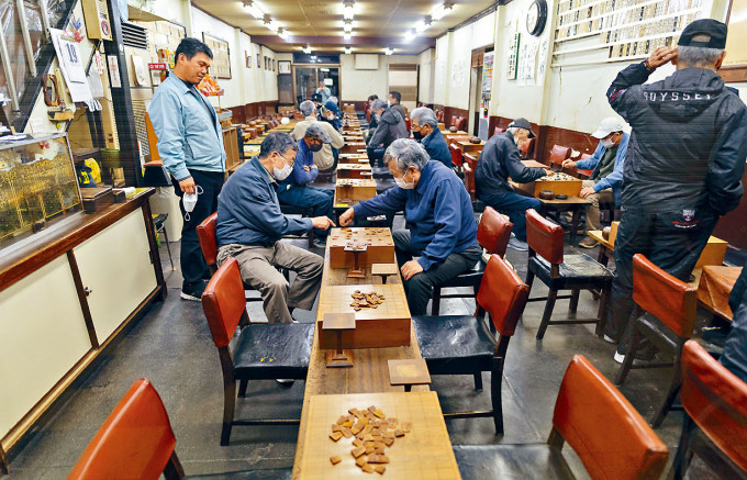 大阪一家門可羅雀的將棋館,周一營業後因疫情關閉。