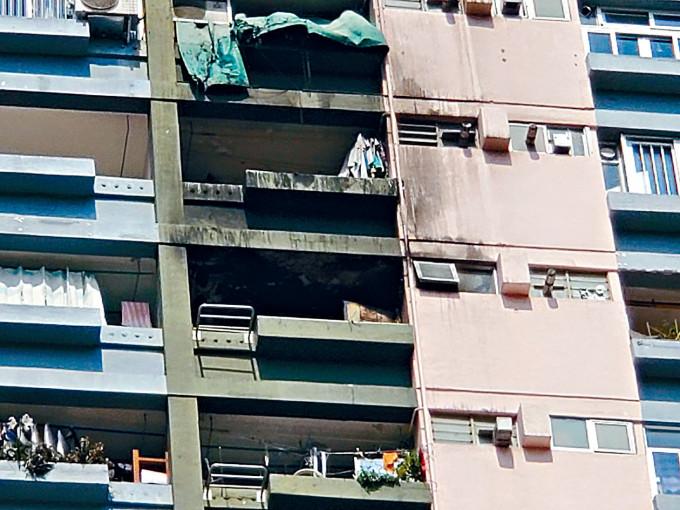 邨榮樓火警單位及樓上單位外牆燒黑。