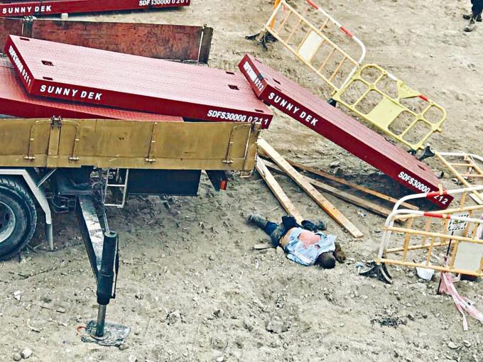 協助起卸大型鐵板的工人,被鐵板擊中頭部,由車斗墮地死亡。