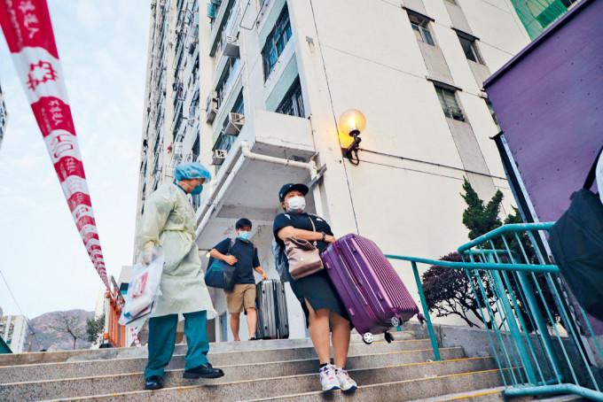 愛暉樓再多兩人初步確診,連續兩日撤離住戶。