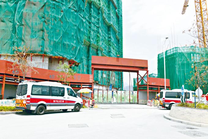 警方在肇事地盤調查工人墮斃事件。