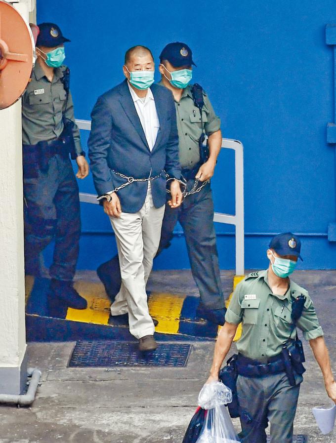 目前仍被拘留的黎智英,面對多項指控。