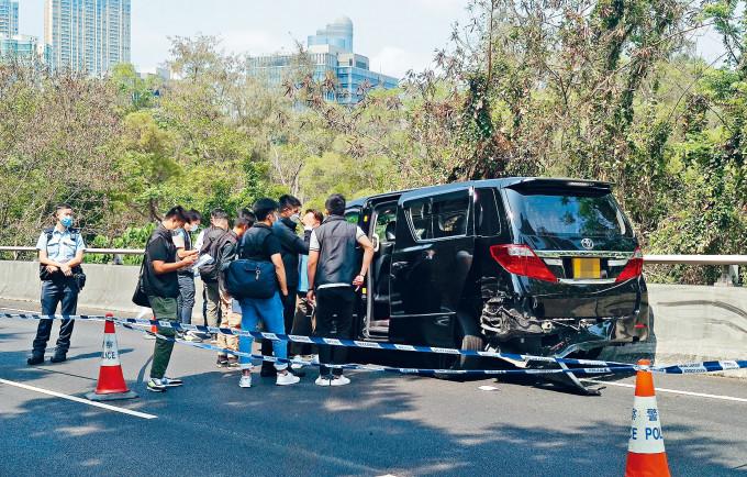 找換店解款七人車遭匪車撞停,劫走千六萬現鈔,警方封鎖現場調查。