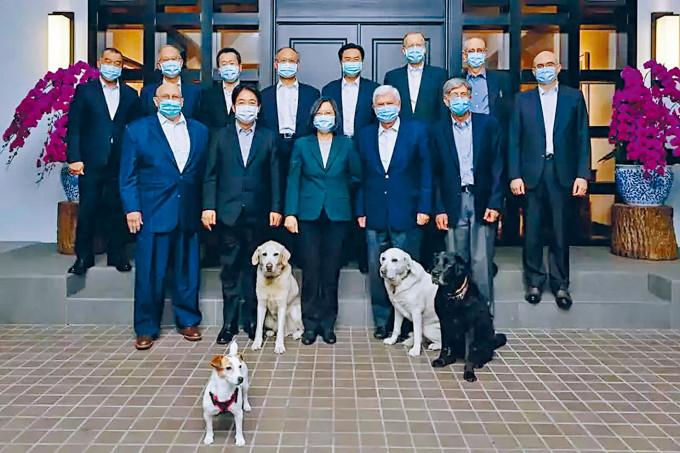 蔡英文和美國訪問團合影,四隻愛犬搶鏡。