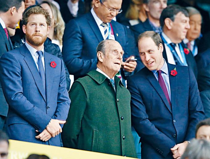 二○一五年,威廉、哈里與祖父菲臘親王出席活動。