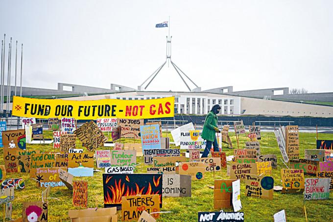 學生去年九月在坎培拉國會大廈外抗議氣候變化。