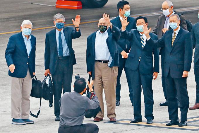 美國前參議員多德(站立左起)昨天率團抵達台北,成員包括前副國務卿阿米蒂及斯坦柏格。