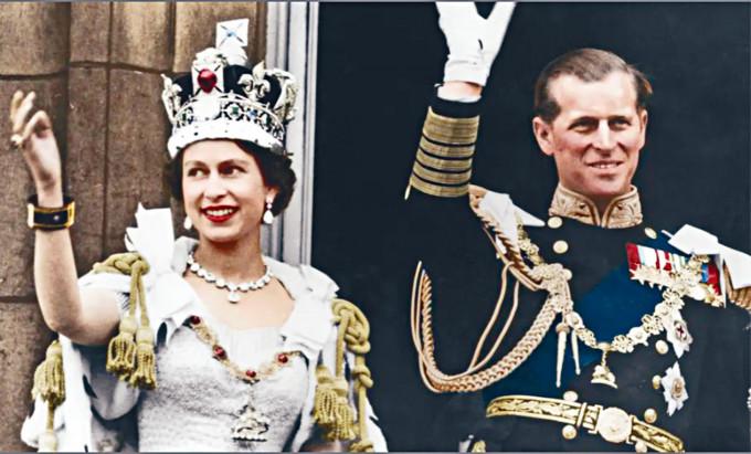 英女皇一九五三年加冕後偕菲臘親王向民眾揮手。