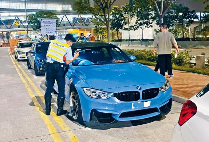 警方在港島截查涉超速行駛車輛。
