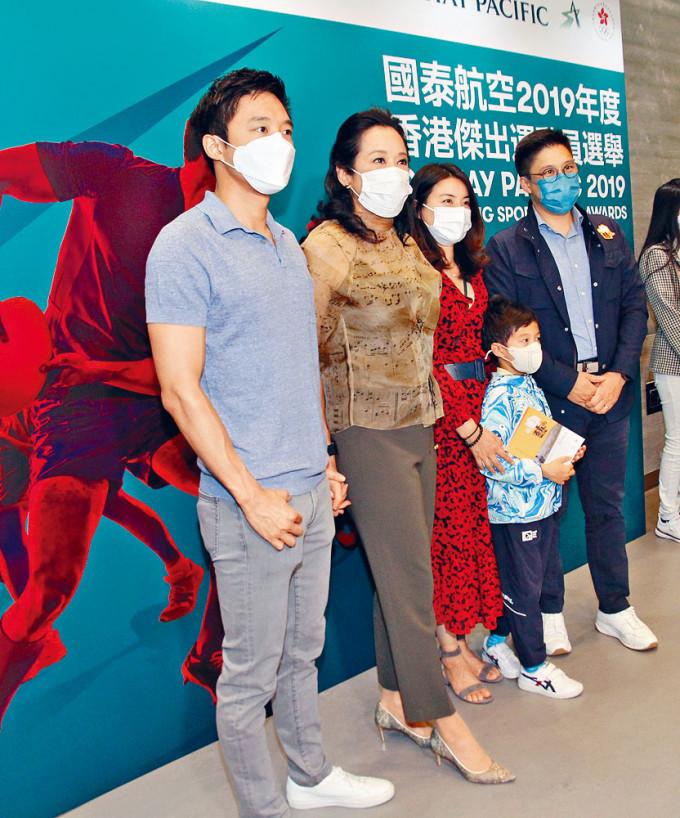 霍啟剛(右一)有份主辦的藝術展啟動,太太郭晶晶(右二)和囝囝、媽咪朱玲玲(左二)及弟弟霍啟山到場支持。