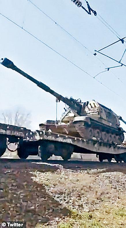 俄羅斯一架坦克移往邊境。