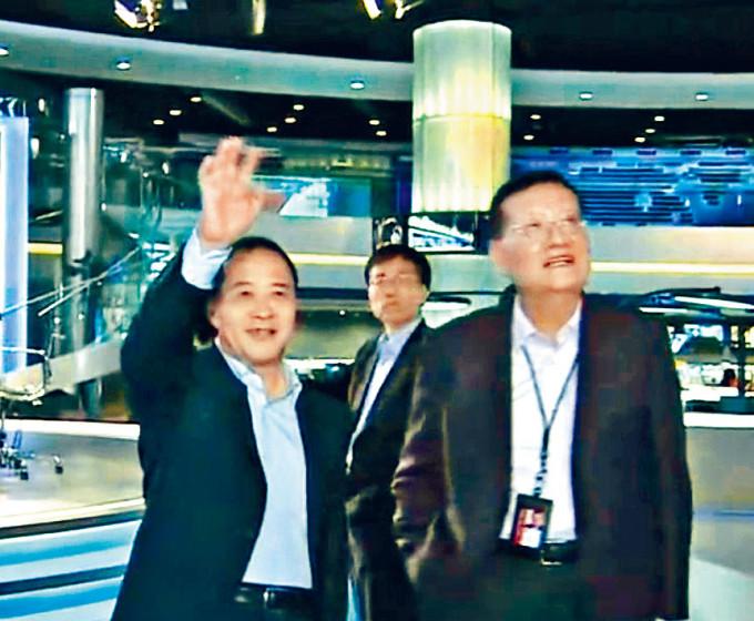 紫荊文化集團董事長毛超峰(左),四年前曾以海南副省長身分來港,在劉長樂(右)的陪同下參觀鳳凰總部。