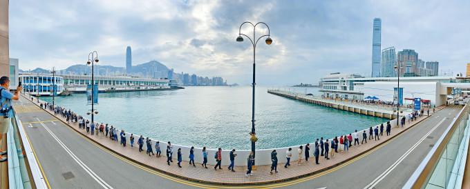 海港城流動檢測站大排長龍,逾百人排隊等候。