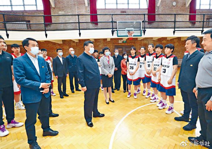 習近平和清華學生交流。