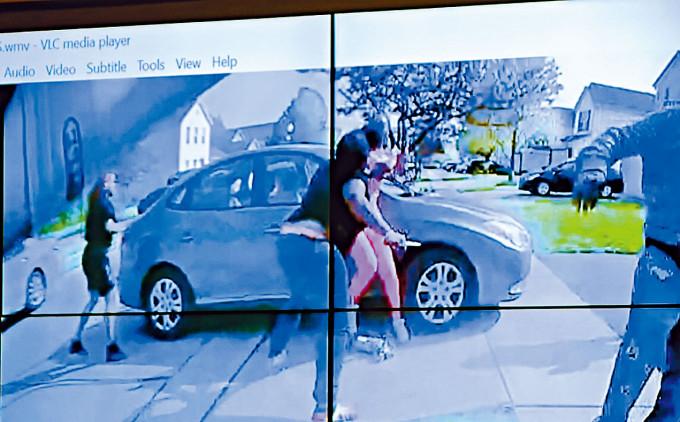 警察隨身攝錄機拍到持刀的俄州黑人女孩(前中)。