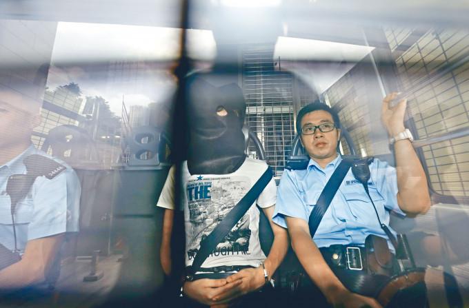 「香港民族陣線」成員盧溢燊(中)自製炸藥,意圖顛覆香港政府及宣揚港獨,遭重判入獄十二年。