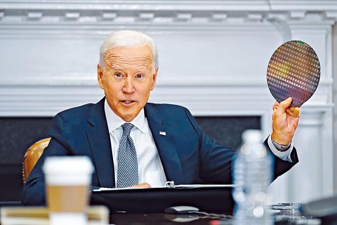 拜登周一在白宮參與半導體CEO視像峰會,其間舉起一塊晶圓。