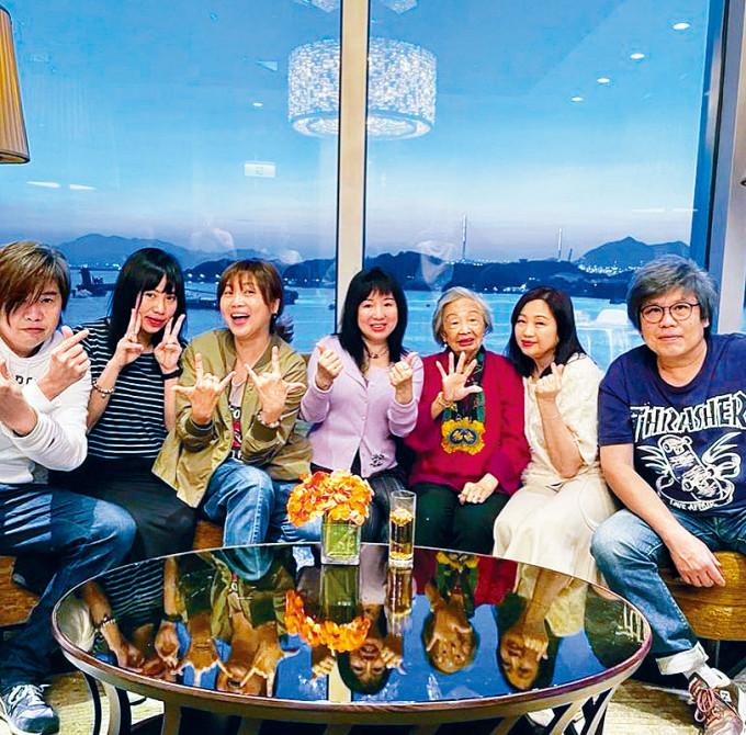 小青(中)、小惠(左三)與家人熱鬧為梅媽賀壽。