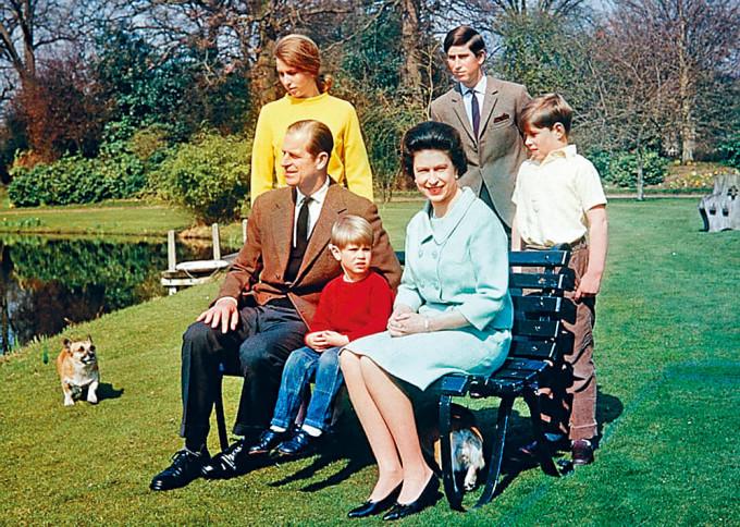一九六八年,女皇夫婦與查理斯、安妮公主等四子女拍全家福。