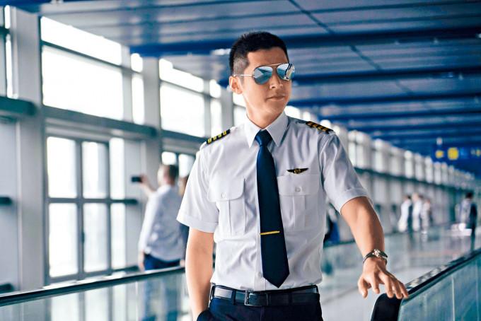 陳家樂亦在片中扮演型男機師。