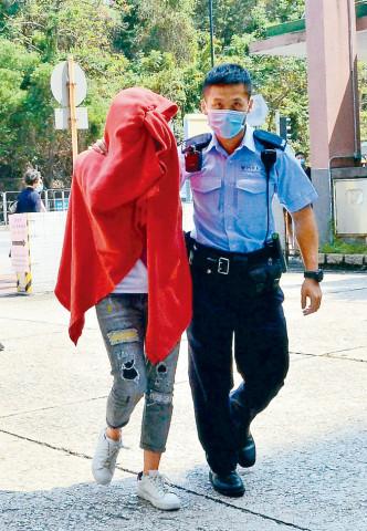 女職員被玻璃碎片濺傷送院治理。