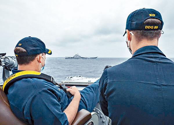 美國驅逐艦指揮官近距離監視遼寧號。