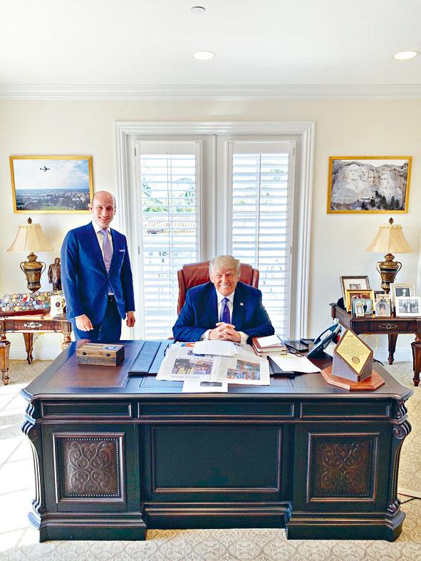 特朗普周一在新辦公室會晤米勒(左)。