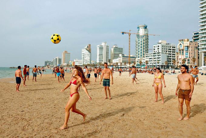 以色列疫情緩和,特拉維夫海灘熱鬧。